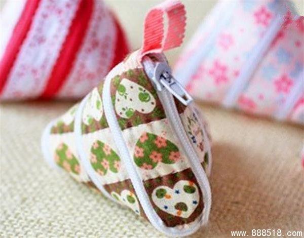 项目介绍:布艺DIY是国内非常流行的DIY项目,在十字绣逐渐淡出手工爱好者的视野后,布艺DIY异军突起。目前布艺DIY产品包括:不织布DIY材料包、绒布DIYDIY材料包、拼布DIY材料包、母婴DIY材料包及手工DIY布艺成品五大系列。布艺DIY简单易学,材料包销售又摆脱了实体店的束缚,既可以在实体店内销售还可以通过微店,网店销售布艺DIY材料包的产品,因此布艺DIY项目也得到了学生,白领创业者的追捧。 产品介绍:端午节的时候大家都吃的什么呢,是粽子吗?每年端午节的时候妈妈都会做一些粽子,有肉粽,还有八