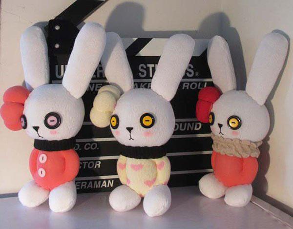 产品教程:废旧袜子的力量也是不可小觑的啊,丝袜可以DIY制作成丝网花,而棉袜可以制作成各种小玩偶,真是物尽其用啊。今天我们要利用废旧袜子DIY制作的是一款可爱的小兔子,这款小兔子就是我们今天要分享的产品,是不是很可爱呢? 产品教程: