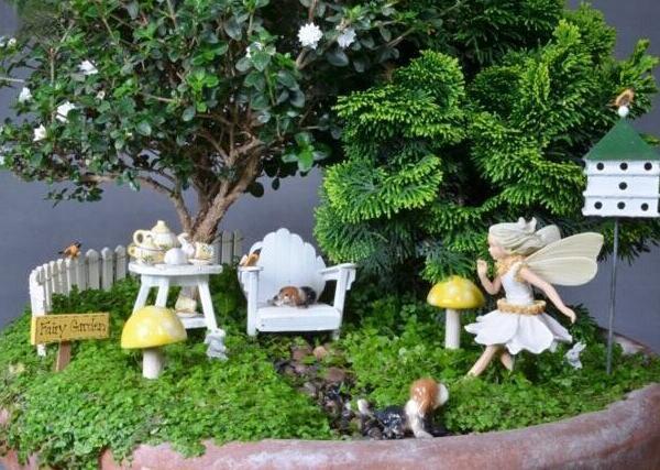 """挑对植物""""选对味"""" 选择微景观中的植物就像挑选自己的小伙伴,要气场相合、气质相符,才能感觉像是找到了自己的""""Mr.Right""""。微景观的造景植物一般包括狼尾蕨、网纹草、袖珍椰子、罗汉松、铜钱草等,而不同的植物有不同的""""花语""""。 如果希望营造清新的感觉,网纹草、文竹和狼尾蕨是上佳之选。""""网纹草""""植株小巧玲珑,叶面有白或红的细致网纹,放进精致透亮的玻璃瓶里,特显清新奇趣。""""文竹""""根细长,茎"""