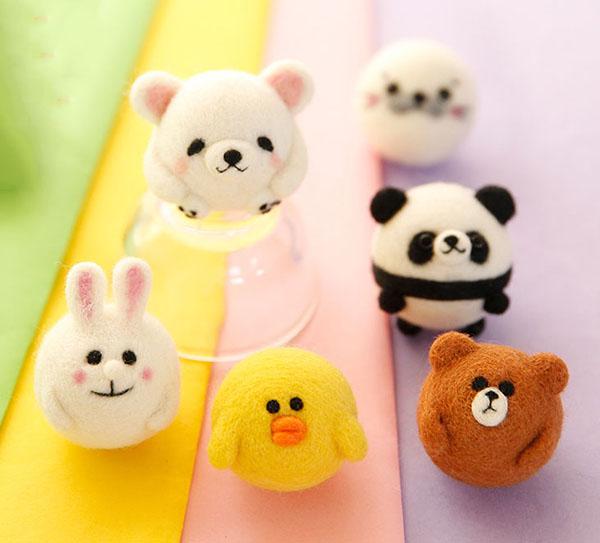 现如今,每一位女孩的房间的床头上面,都有很有的公仔和小萌宠,是不是很喜欢啊,今天小编为大家分享一组羊毛毡手工DIY的萌宠组成的床头摆件,是不是觉得很可爱啊,萌萌的,有可爱的小黄鸭,小老鼠。小兔子,小熊和大熊猫。有没有一样是你最喜欢的呢。爱不释手的DIY床头摆件,说的就是就是今天小编和大家分享的这些可爱的小公仔小摆件。