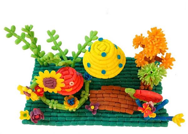 就像是乡下的老房子一样,两个房子之间挨的很近,还有一个花园,小圆子,感觉这种房子在现在就像是庄园一样的,不过庄园还是只有一栋,而这里确实大家一起的。喜欢这样的小房子,显得特别有 人情味,今天和大家分享的这款手工魔法玉米DIY小动物们漂亮幸福温馨的小家你喜欢吗?喜欢的朋友可以自己要利用魔法玉米手工DIY制作的,你也可以设计自己喜欢的房子,让自己住在自己喜欢的房子里面,是不是很高兴呢。