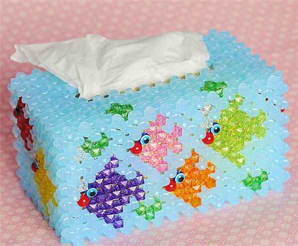 可爱的小金鱼,在手工串珠的抽纸盒上面游着,适合摆放在家里,与一