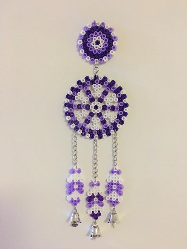 风铃,挂在墙上面,风一吹,就会叮铃叮铃的作响,那声音可是很好听的,今天,小编也和大家分享一款漂亮的小风铃,就是这款手工创意拼豆DIY紫色优雅的风铃,把这款小风铃挂在房间里面,下面的铃铛在风中铃铃铃,悦耳。你喜欢这款手工创意拼豆DIY紫色优雅的风铃吗?我们一起来看看这款手工创意拼豆DIY紫色优雅的风铃吧。