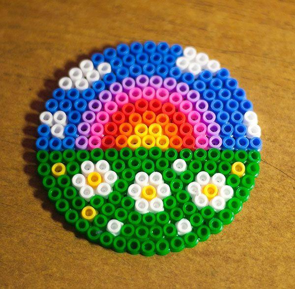这是用拼豆制作出的彩虹,绿色的草地上开放着一些小花,在白云的衬托下彩虹显得特别的美丽呢。看,还有一个用拼豆制作出的青蛙,有没有很逼真呢。除了这些,拼豆还可以制作出很多可爱的图案呢,比如小海豚,愤怒的小鸟,怪兽等等。喜欢这款手工DIY拼豆制作出各种各样的可爱图案的朋友,快来自己制作出可爱的拼豆吧。